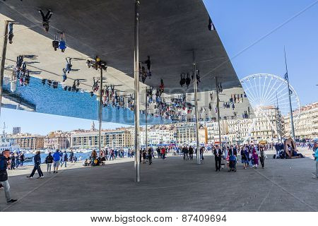 People Visit Norman Fosters Pavilion With Mirrored Ceiling
