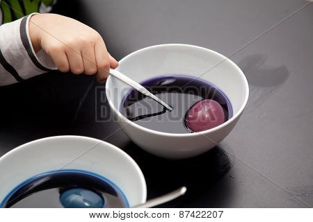 coloring or dyeing easter eggs