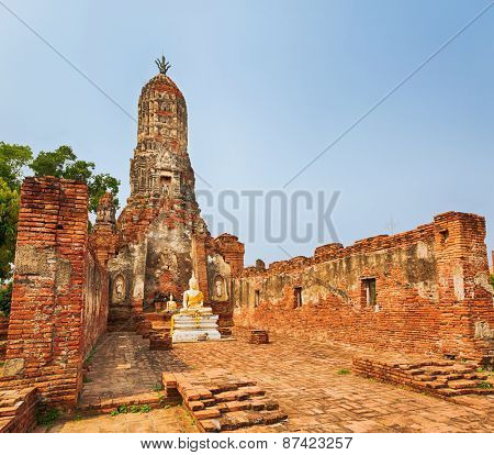 Buddha statue in Wat Cherng Tha. Ayutthaya historical park.