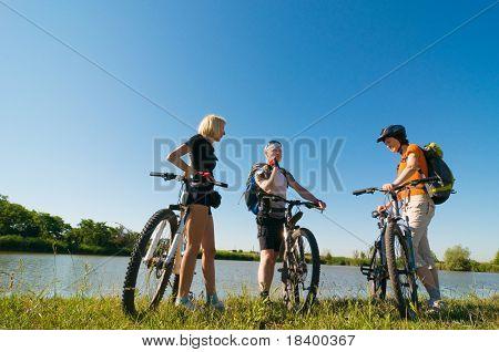 Grupo de ciclistas al atardecer