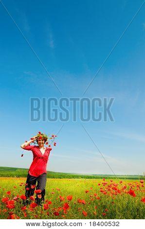 Mädchen steht in Poppy field