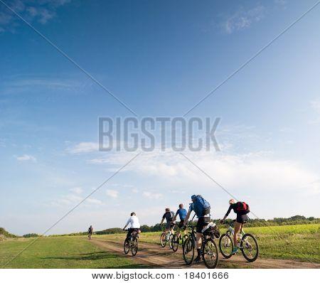 gemengde groep fietsers fietsen
