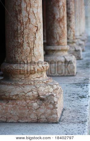 Spalte in einer alten Kirche in Verona, Italien