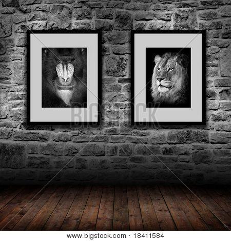 Innenraum mit grauen Steinwand und 2 Bilder - Mandrill und Löwe