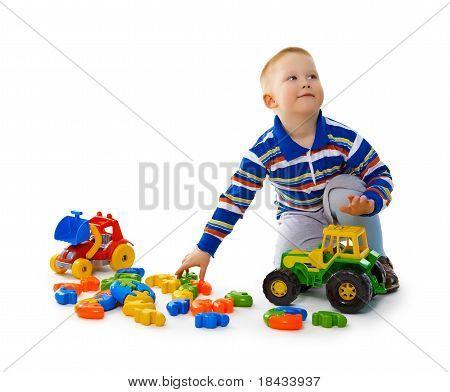 Junge spielt mit Spielzeug