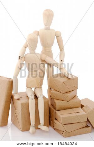 Two puppets among which one is sitting down on a packet representing a couple moving