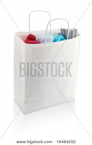 weiße Tasche mit Kleidung einkaufen