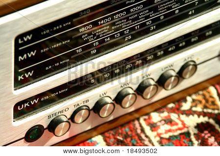 Nahaufnahme von einem antiken Radio. Kein Logo. Shallow DOF.