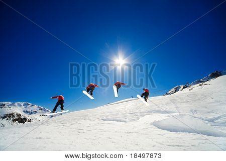 La secuencia de disparo de snowboarder sobre salto