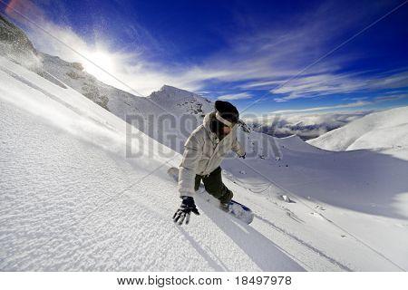Snowboarder dabei eine Zehe-Seite zu schnitzen, mit tief blauen Himmel im Hintergrund