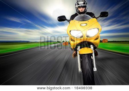 Motocicleta se movendo muito rápido ao longo da estrada turva de movimento