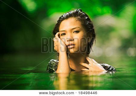 Schönes asiatisches Mädchen erhebt sich aus stream