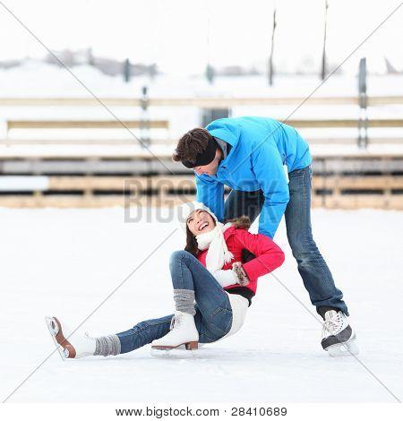 Eislaufen Couple having Winter Fun on Ice Skates im alten Hafen, Montreal, Quebec, Kanada.