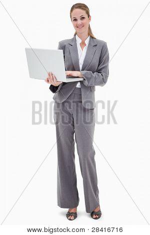 Empleado del Banco sonriente con ordenador portátil contra un fondo blanco