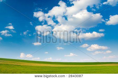 Gran pedazo de tierra y azul cielo nublado