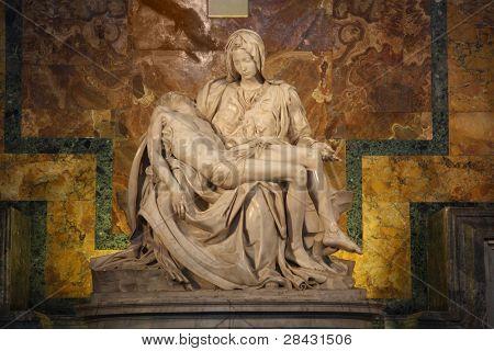 Una de las obras más famosas de Miguel Ángel: piedad en la Basílica de San Pedro en el Vaticano