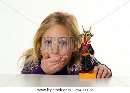 kleines Kind mit einem krampus