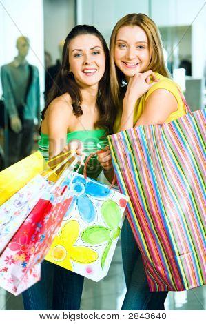 Meninas com sacos de compras