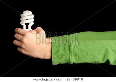 Manos sosteniendo la bombilla fluorescente compacta