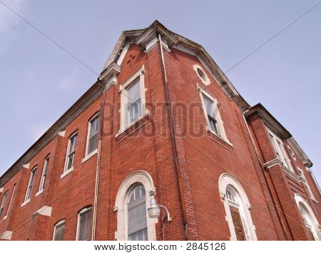 Blick auf eine alte rote Backsteingebäude