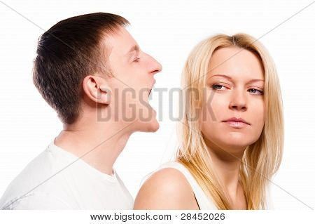 Hombre gritando a su novia sobre fondo blanco