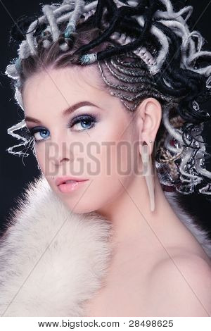Bela jovem sexy com penteado extravagante de dreads e pêlo branco em seu corpo