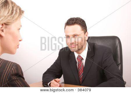 Hombre de negocios blanco y hablando de la mujer