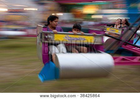 Menschen fahren die Scrambler an County fair