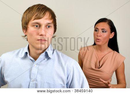 Jovem casal brigando. Homem em uma raiva