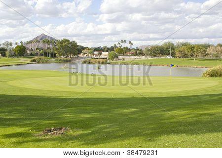 Campo de golfe com lagoa