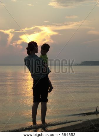 Joven madre con una bahía