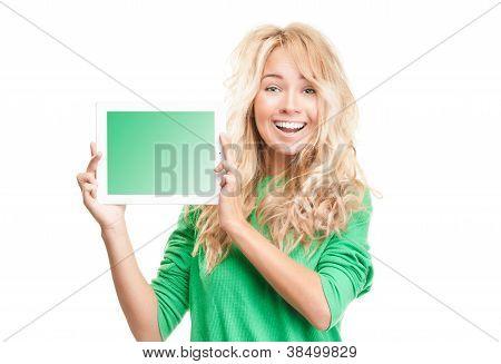 Mulher jovem bonita e feliz com computador Tablet.