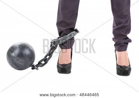 Assistente de negócios com bola e corrente anexado para pé isolado no branco