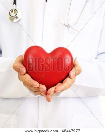 Médico segurando coração