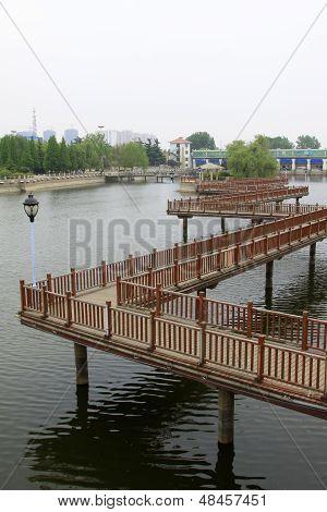 Puente de caballete en un jardín