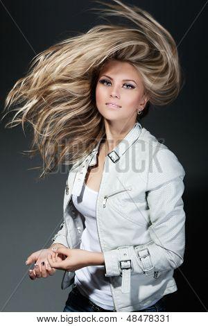 Hermosa chica con un pelo estupendo fly-away