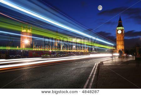 Verkehr durch London im Mondschein