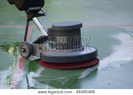 limpando o chão com máquina