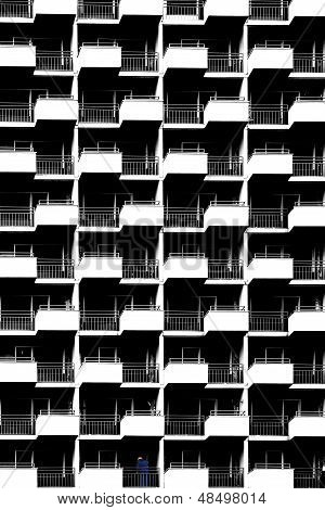 Hochhaus-Fassade mit Bauarbeiter