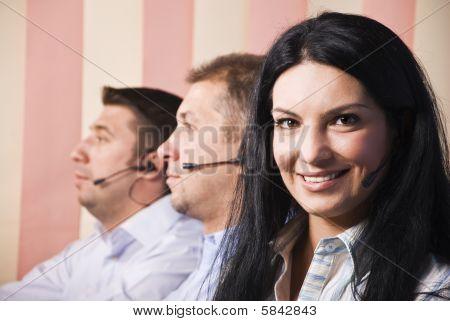 Mulher de serviço ao cliente amigável com a equipa