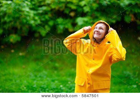 Mädchen unter Regen
