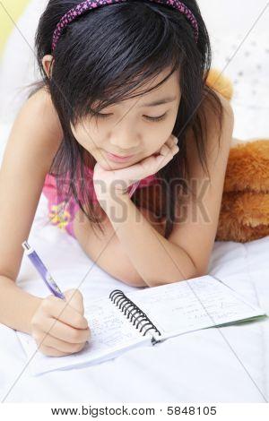 kleines Mädchen Schreiben ihrem Tagebuch