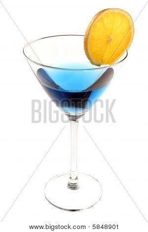Cóctel azul con rodaja de naranja