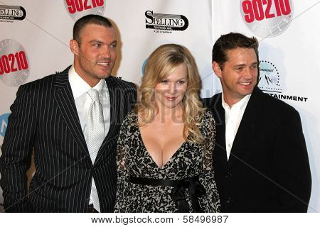 BEVERLY HILLS - NOVEMBER 03: Brian Austin Green, Jennie Garth, Jason Priestley at the