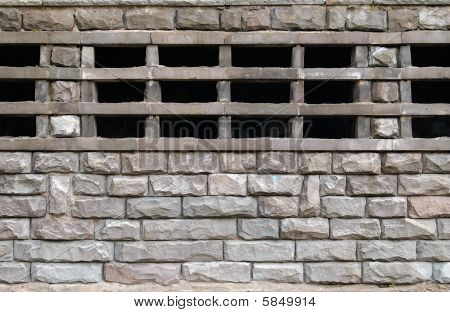 Stonewall with grating