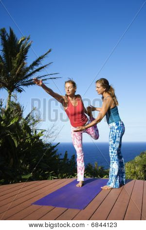 Frauen tun Yoga outdoors