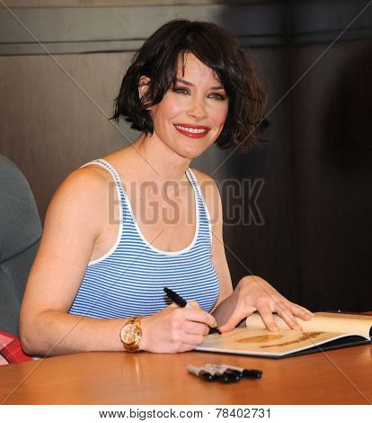 LOS ANGELES - NOV 22:  Evangeline Lilly arrives to the Evangeline Lilly signs new book