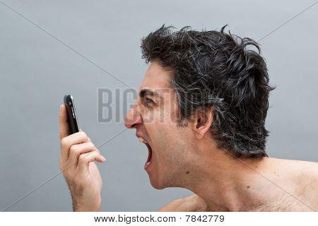 Hombre gritando en su teléfono celular