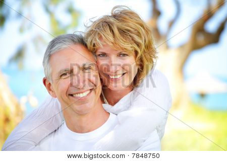 Casal maturo sorrindo