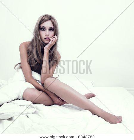 Menina sensual na cama